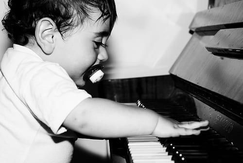 Có nên cho bé học đàn piano hay không?