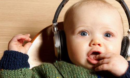 cho bé nghe nhạc