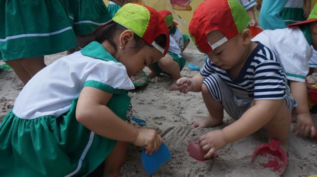 trẻ chơi đào kho báu