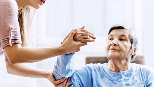 Cách chăm sóc người bị tai biến đang trị liệu